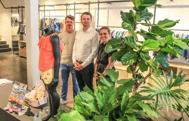 Design In Shops werd dinsdagvoormiddag voorgesteld in Filou & Friends in de Doorniksestraat. We zien op de foto stadsmanager ondernemen Kjell Braem, schepen Arne Vandendriessche en Lise Van Tendeloo van Designregio Kortrijk.