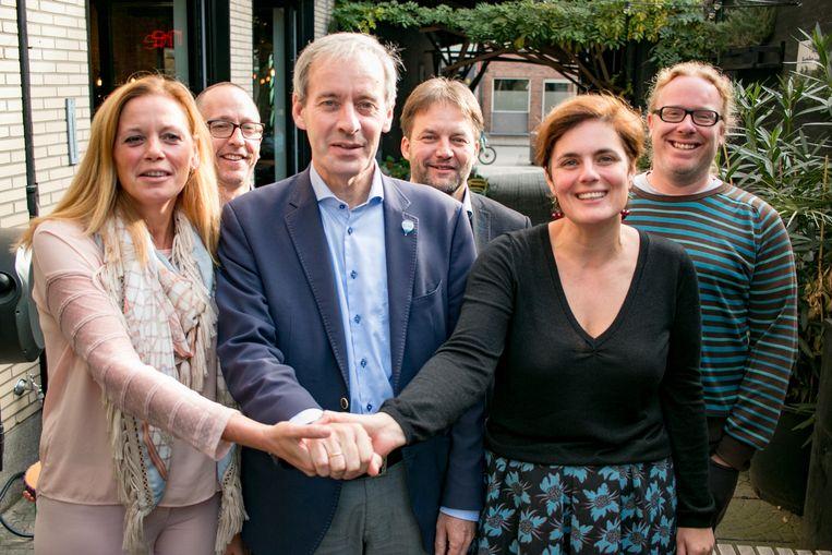Burgemeester Lieven Dehandschutter (N-VA) met Ine Somers (Open Vld) en Sofie Heyrman (Groen), met achter hen de drie partijvoorzitters Geert Van Drom, Hans Van Landeghem en Tim De Roeck.