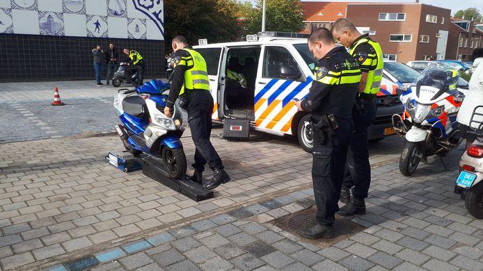Op de rollerbank controleert de politie de maximale snelheid.