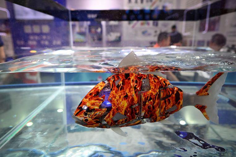 Een robotvis op de Wereld Robot Conferentie, deze week in Peking. Meer dan honderdtachtig bedrijven wedijveren met elkaar in een competitie van zevenhonderd verschillende robots. De robotvis kan bijvoorbeeld worden gebruikt voor onderzoek in de onderwaterwereld.    Beeld AFP