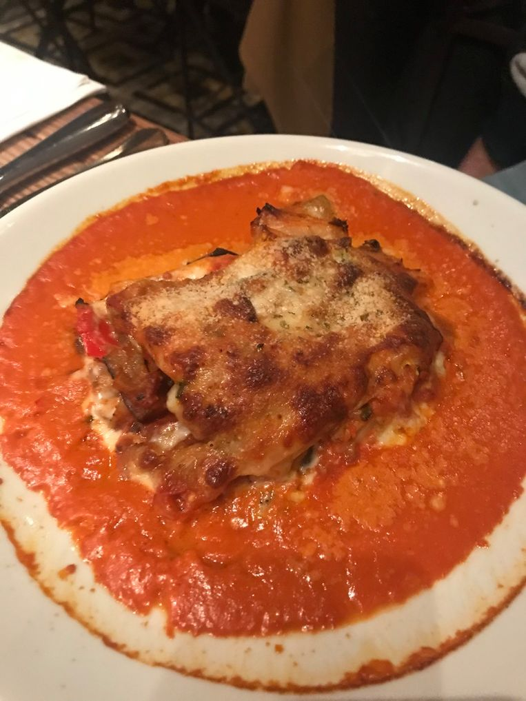 Ovenschotel met aubergine, courgette, mozzarella en chili.