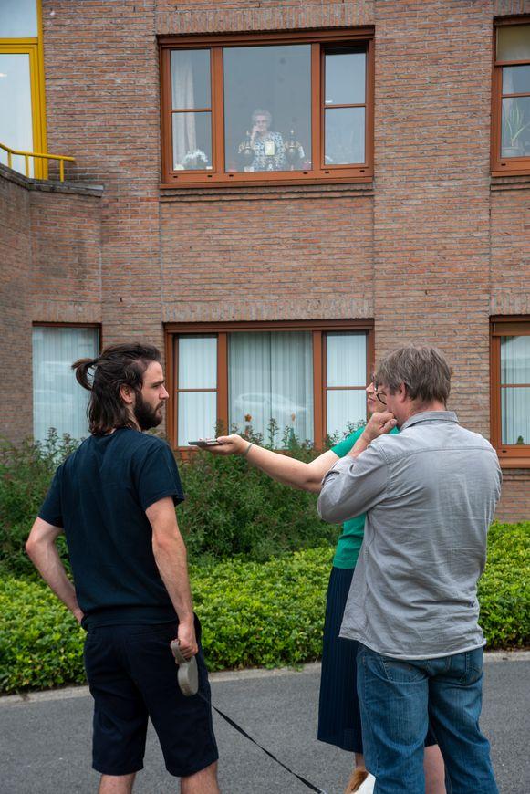 Moederdagbezoek aan het raam in WZH Molenkouter in Wichelen.