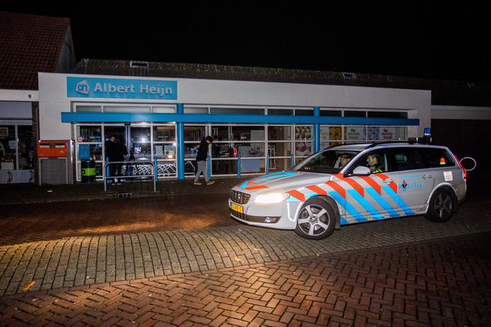Een politie-auto surveilleert bij een Albert Heijn in Culemborg, nadat een Apache-helikopter van Defensie tijdens een oefening tegen een hoogspanningskabel is gevlogen en een grote stroomstoring veroorzaakte.