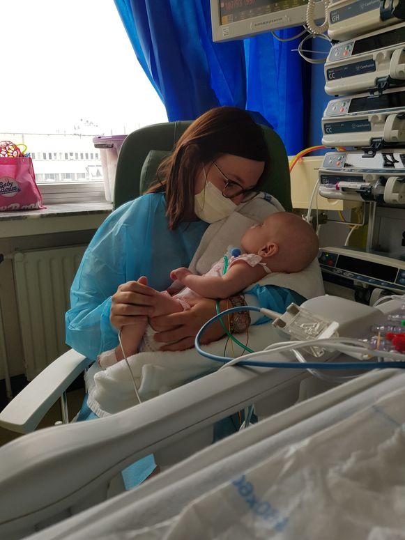 Mama Cincia met Aily in het ziekenhuis.