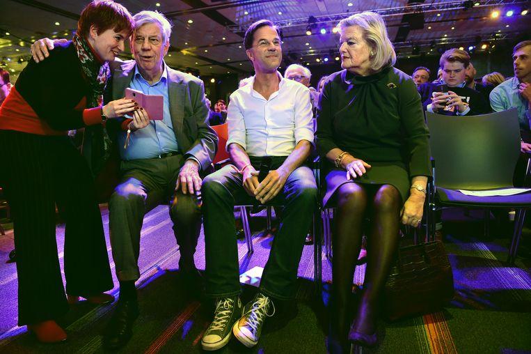 Premier Mark Rutte op het 'partijfestival' van de VVD, met links oud-partijvoorzitter en ex-minister Ivo Opstelten en rechts staatssecretaris van Justitie en Veiligheid Ankie Broekers-Knol. Beeld Marcel van den Bergh / de Volkskrant