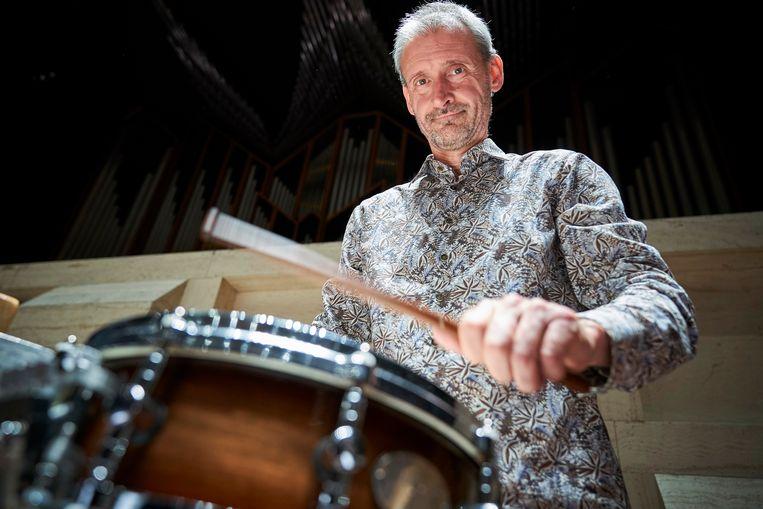 Slagwerker Ronald Ent van het Rotterdams Philharmonisch Orkest beroert een hele collectie bijzondere objecten voor Prokofjevs cantate. Beeld Phil Nijhuis