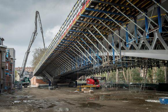 De nieuwe Dorpsbrug in aanbouw.