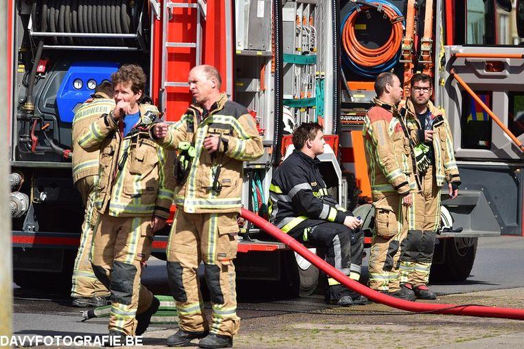 De brandweer van Middelkerke op interventie in de Badenlaan. Het vuur is net geblust.