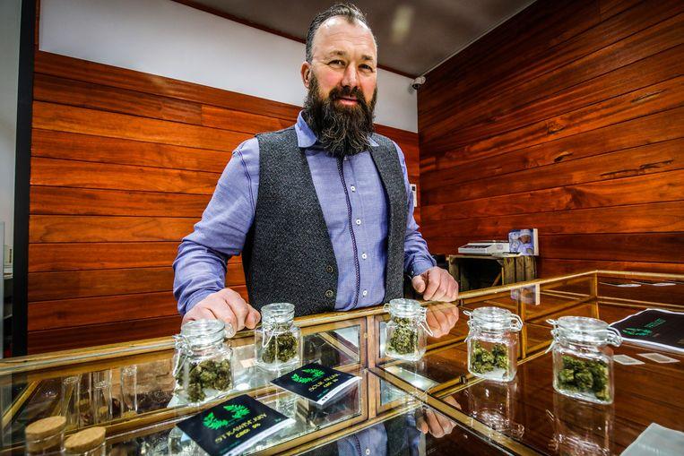 Gunther Van Den Brande opende vrijdag de eerste cannabis-shop in Brugge. Dat de winkel in de omgeving ligt van enkele scholen, stoort burgemeester Dirk De fauw.
