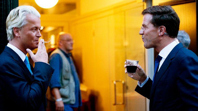 Mark Rutte en Geert Wilders zijn tijdens de pauze van een verkiezingsdebat. Beeld anp