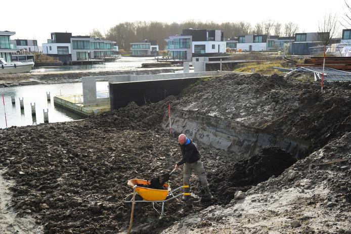 Aan de oever van het Veerse Meer tussen Arnemuiden en Veere wordt, op de plek van de vroegere groepsaccommodatie Het Zilveren Schor, het vakantiepark Harbour Village gebouwd.