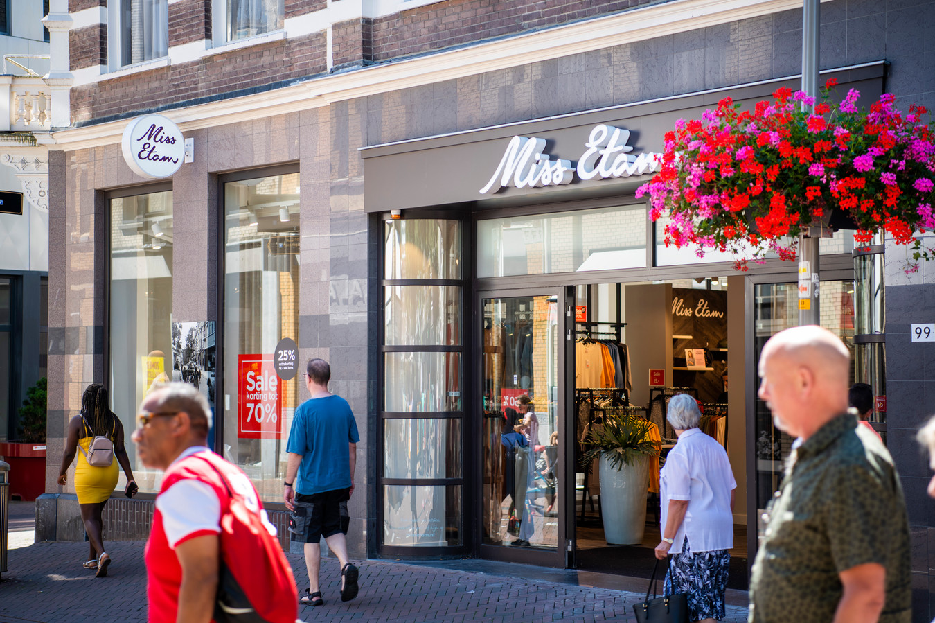 De winkels van onder meer Miss Etam blijven voorlopig open.