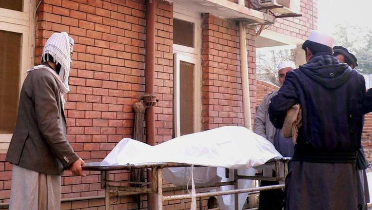 Het lichaam van Mullah Abdul Raqeeb wordt weggevoerd. Beeld afp