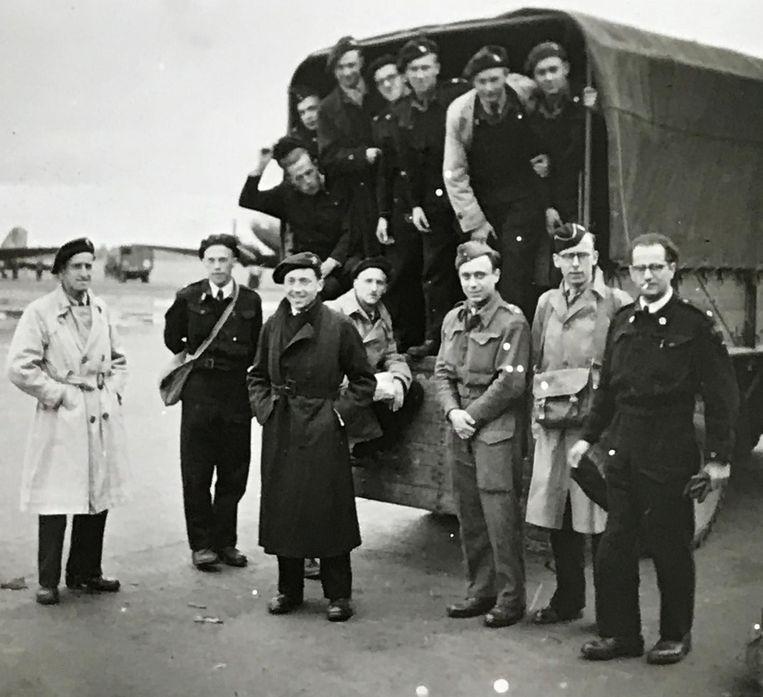 Marcel Bauwens (vooraan in het midden, leunend op de vrachtwagen) tijdens zijn tijd in Bergen Belsen.