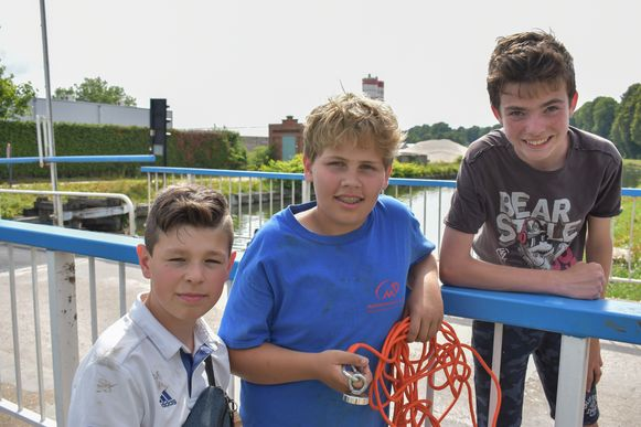 Noah, Cedric en Siebe hielden hun adem even in wanneer ze een bom uit het kanaal visten.