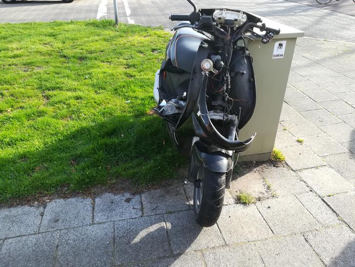 De scooter heeft flinke schade opgelopen bij de aanrijding.