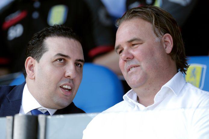 Mohammed Hamdi wisselt ideeën uit met manager voetbalzaken Jeffrey van As tijdens RKC Waalwijk-ADO Den Haag (0-3).