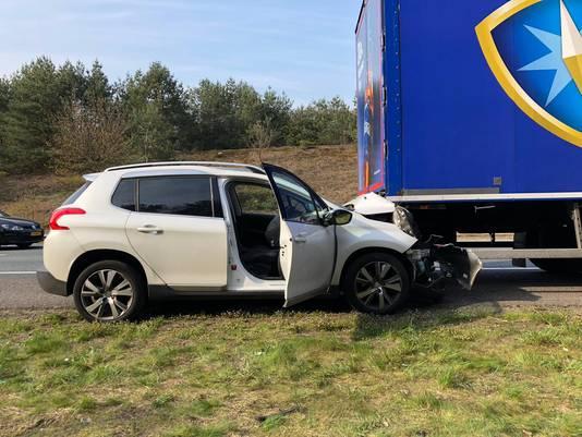 De auto na de botsing op de A12 bij Arnhem.