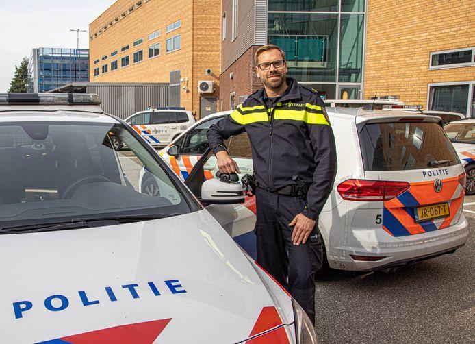 Teamchef Riemer van Beem van politie Zwolle krijgt pijn in zijn buik van autobranden, volgens hem 'een geweldsvorm die ontzettend heftig is voor de veiligheidsbeleving van mensen'.