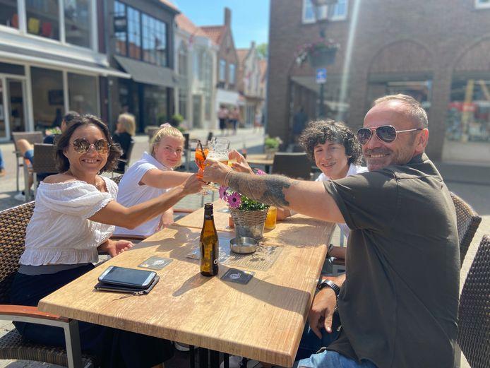Aschara Janssens en Jan Couwyzer van restaurant Huize Saeftinghe in Lissewege komen met hun kinderen al even kijken hoe Sluis het aanpakt.