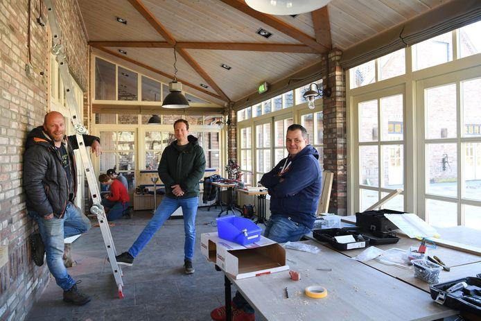 De nieuwe zaak BOS & Co is in volle verbouwing. Voorheen heette de horecazaak De Seterse Hoeve. Op de foto exploitanten Mark Storms, Pim Hamburg en mede-eigenaar Rob Reijnen.