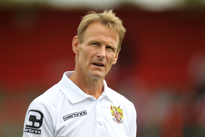 Sheringham als trainer van Stevenage.