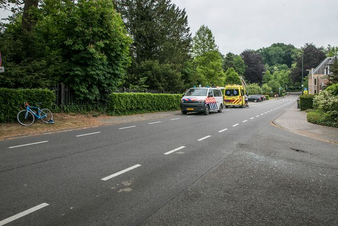 De wielrenner kwam op de Kerklaan in Rozendaal in botsing met een auto.