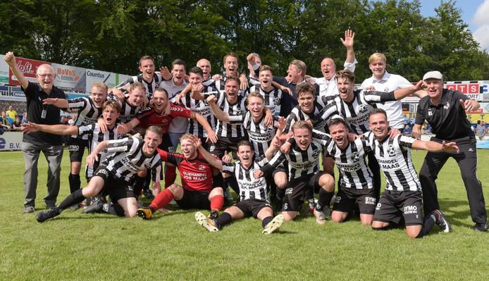 De spelers van Gemert zijn uitgelaten en vieren de overwinning op Staphorst en de promotie naar de derde divisie.