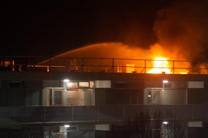 De brandweer in actie aan de Caenstraat in Doetinchem vannacht.