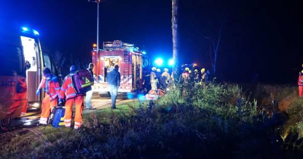 Zwaar ongeluk in Dreischor, auto op kop in de sloot.