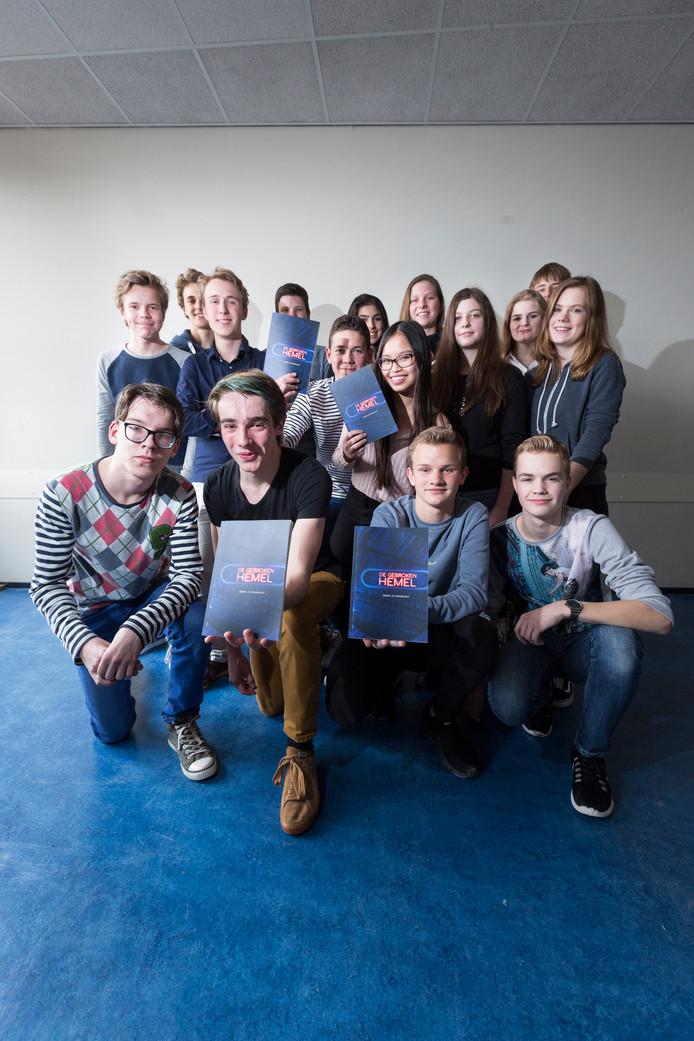 De leerlingen van vwo 4 van het Duivense Candea College die een roman schreven en uitgaven.