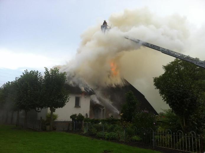 De brandweer met een hoogwerker bij de brand in 2015.