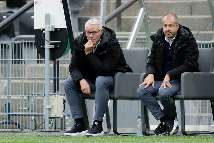 VVV-trainer Hans de Koning (l) en assistent Jay Driessen zien hun ploeg worden overklast door Ajax.