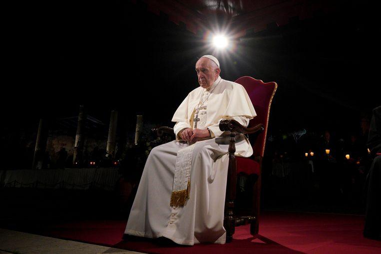 Paus Franciscus bekijkt de Kruisweg-processie op Goede Vrijdag bij het Colosseum in Rome.