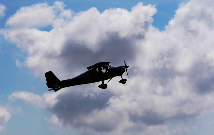 Een sportvliegtuigje boven Zeeland.