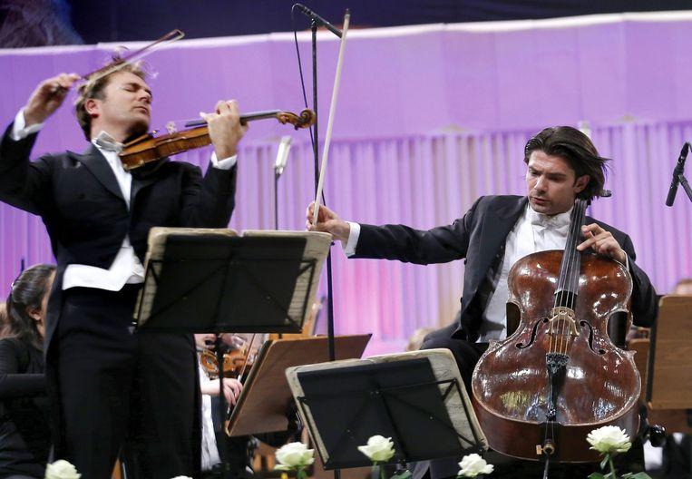 De Franse cellist Gautier Capuçon (R) en zijn broer Renaud Capucon (met viool). Beeld EPA