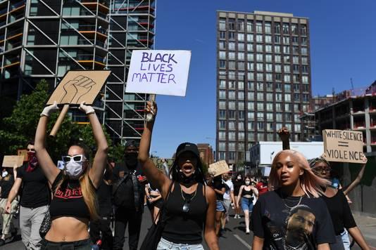 Uit solidariteit met Amerikaanse demonstranten wordt ook gedemonstreerd op de Dam.