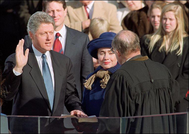 Hillary Clinton staat haar man Bill bij wanneer hij de eed aflegt om de 42ste president van de Verenigde Staten te worden, Washington, 20 januari 1993. Beeld afp