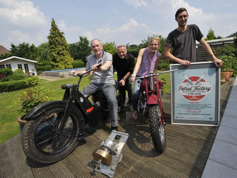 Jean Van Lier (l.), kleinzoon van een van de oprichters van La Mondiale, met Didier, Julie en Sven van De Kruitfabriek. De motoren zijn uiteraard van La Mondiale.