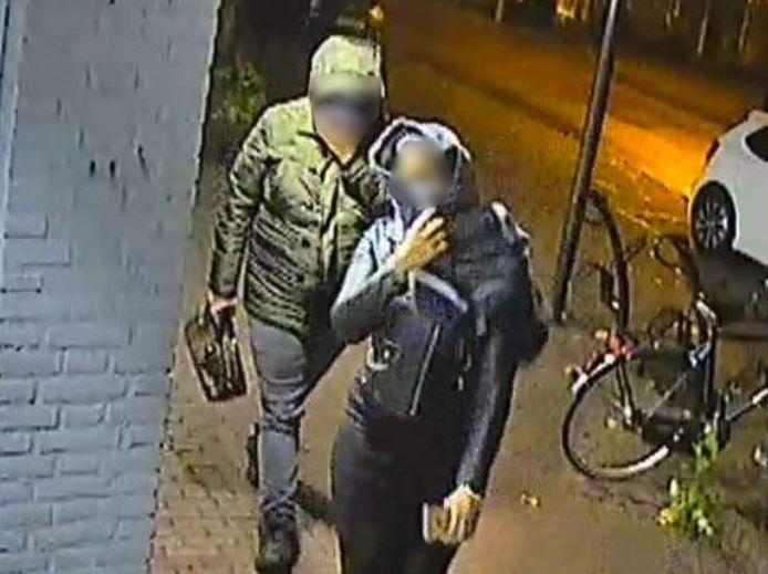 De politie toonde in oktober vorig jaar deze foto van twee leden van de bloedprikbende. Het is niet zeker of deze twee personen ook daadwerkelijk zijn aangehouden.