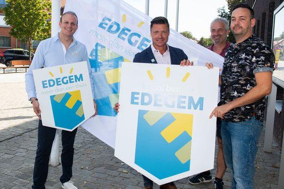 Schepen Lawrence Vancraeyenest (N-VA), burgemeester Koen Metsu (N-VA), schepen Koen Michiels (N-VA) en grafisch ontwerper Paul Nauwelaerts stellen de nieuwe huisstijl van het lokaal bestuur voor.