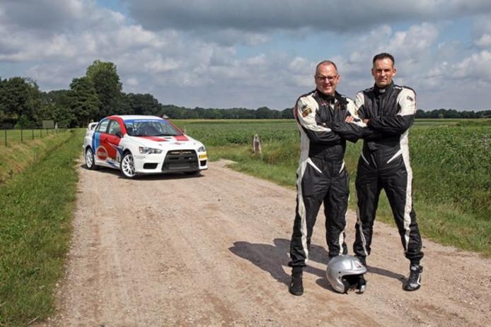 Han Hoendervangers (rechts) en zijn navigator Marco Schillemans doen mee aan het WK Rally.