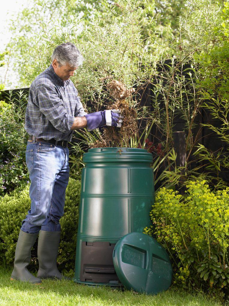 Zet een compostvat direct op de aarde, zodat wormen en insecten de weg ernaartoe vinden.