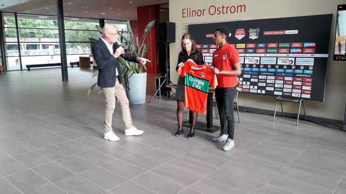 Mike Trésor Ndayishimiye met zijn nieuwe shirt. Niet van Juventus, Liverpool of Monaco, maar van NEC.