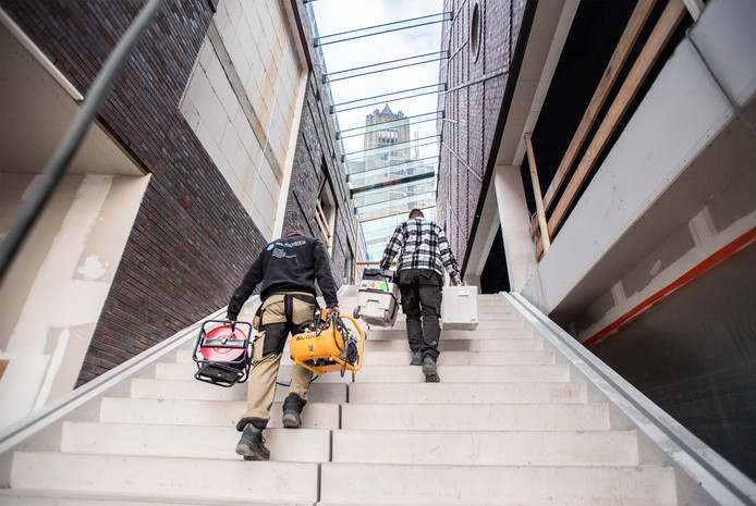 Bouwvakkers op de centrale trap in het nieuwe Focus Filmtheater Arnhem op het Audrey Hepburnplein.