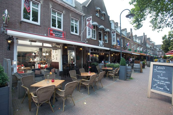 Het terras van Buurman & Buurman aan de Markt in Wageningen in oude tijden. Straks loopt het een stuk verder door het plein op.