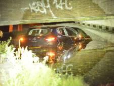 Auto belandt in water na botsing op kruispunt Maanweg