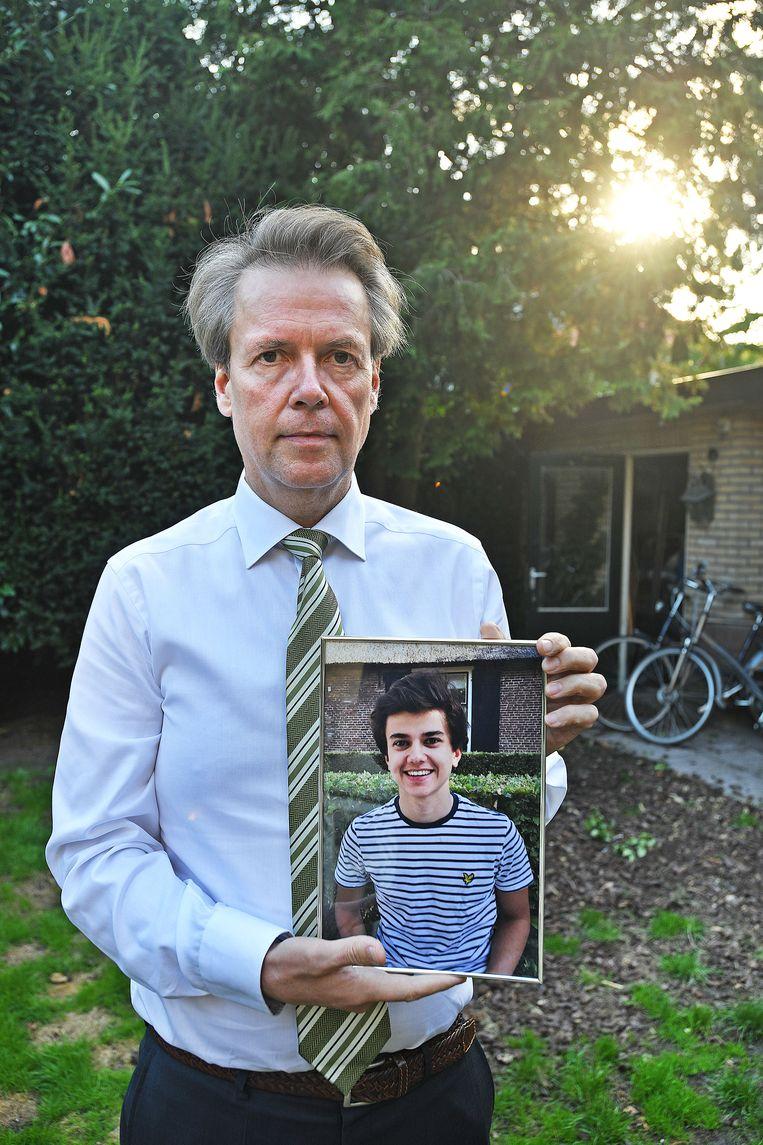 Bert Gravendeel met een foto van zijn zoon Maurits. Beeld  Guus Dubbelman / de Volkskrant