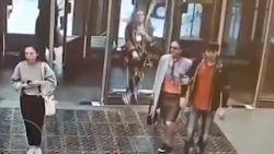 VIDEO. Vrouw is zo afgeleid door telefoon dat ze door glazen wand loopt