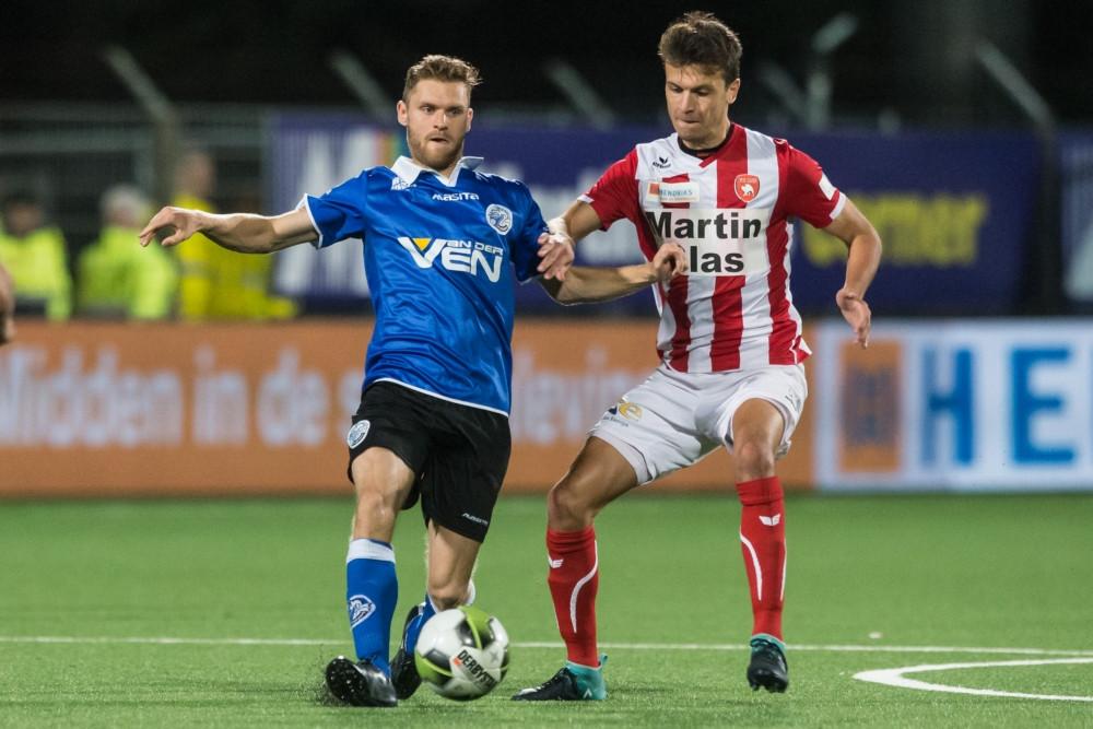 Dennis Kaars (links), hier vorig seizoen voor FC Den Bosch in duel met Ferry de Regt van FC Oss, vervolgt zijn voetballoopbaan bij Quick Boys.